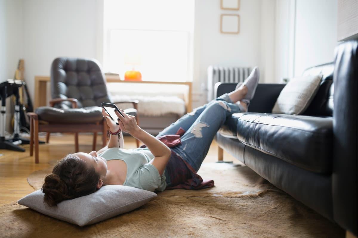 žena leží na podlahe