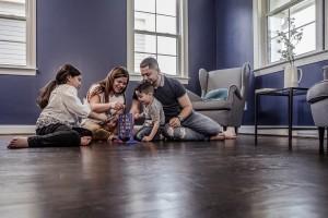 rodine si užíva hru na podlahe